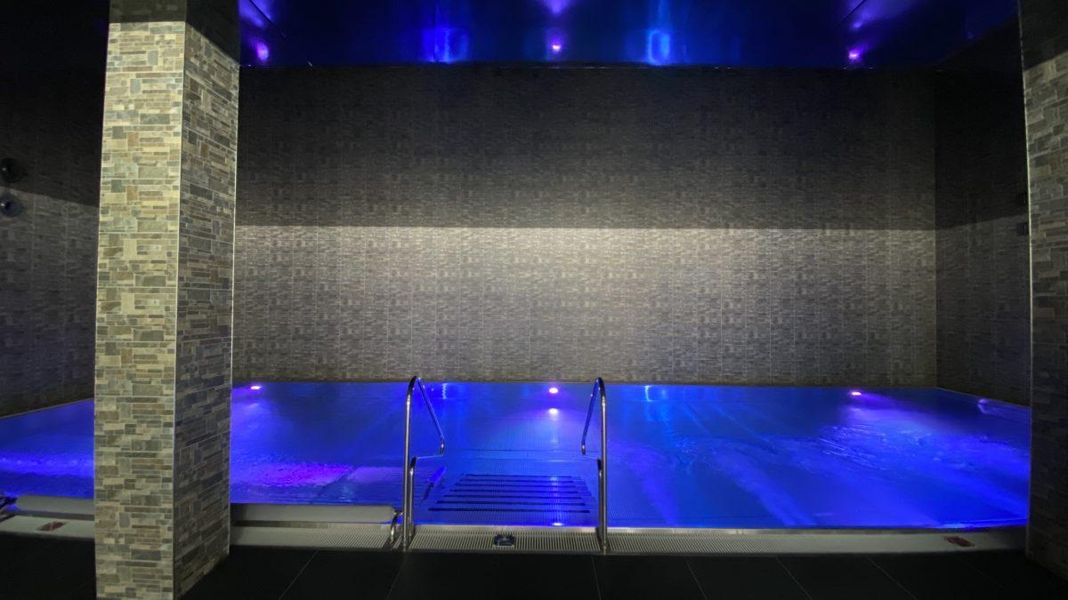 Černý lesklý napínaný podhled v bazénu Hotelu