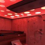 Děrovaný napínaný strop s vířivkou a sprchou