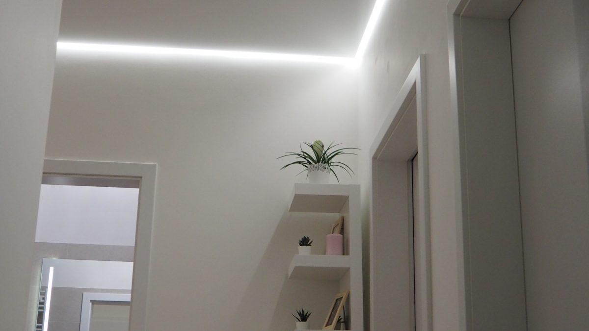 Napínaný strop v chodbě s LED podsvícením integrovaným do lišty