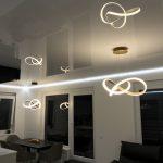 Napínaný strop v lesklém provedení se světly