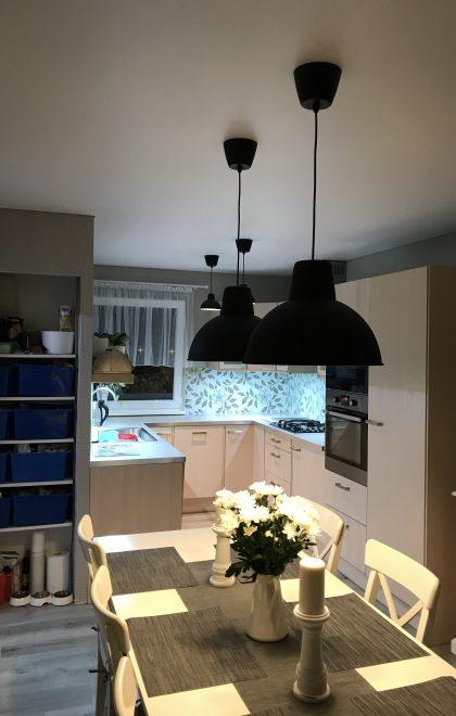 Matný napínaný strop v kuchyni rodinného domu