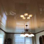 Napínaný strop v obývacím pokoji rodinného domu s centrálním lustrem